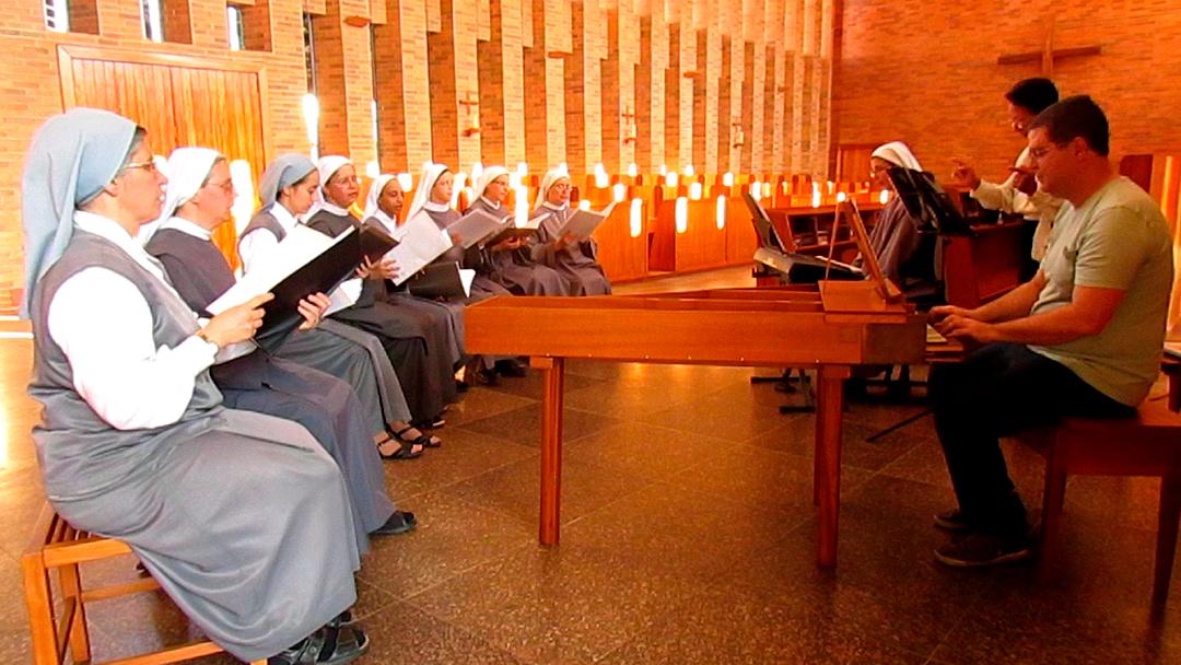 A produção do CD conta com a regência da maestrina Marilene Gangana e do cravista Antônio Carlos de Magalhães.