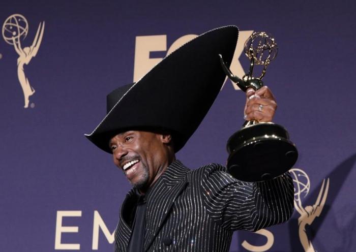 Billy Porter posa com Emmy recebido por série 'Pose'