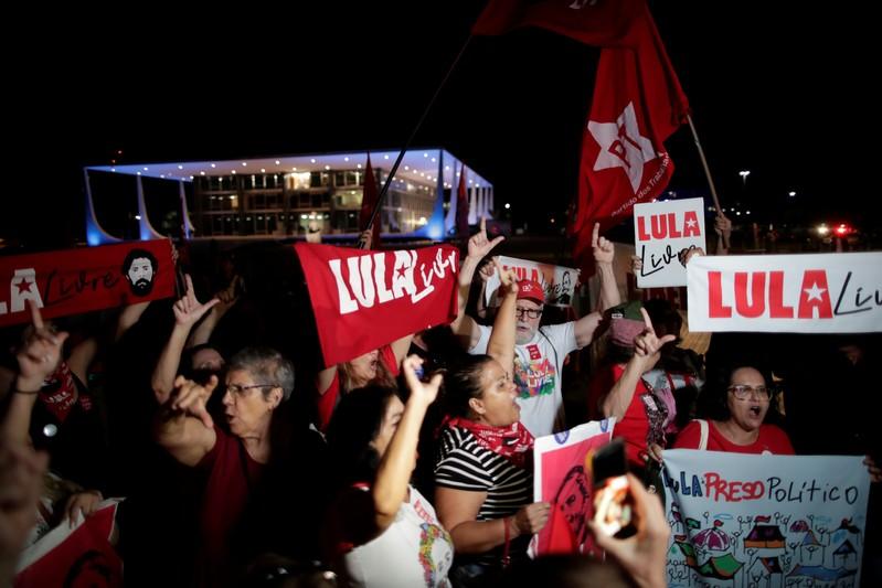 Manifestantes pediram a liberdade de ex-presidente Luiz Inácio Lula da Silva em frente ao prédio do STF, em Brasília, nessa quinta-feira