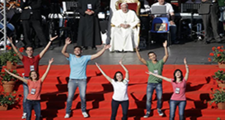 Papa Francisco se reúne com membros da Renovação Carismática Católica em Roma, em 2014 (Reprodução/ AP)