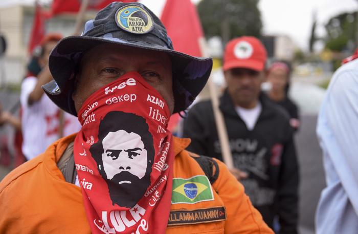 Militantes entoaram 'Lula Livre' na noite de quinta-feira (7)