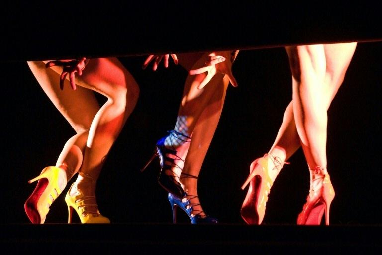 Dançarinas do cabaré Crazy Horse de Paris usam calçados Louboutin