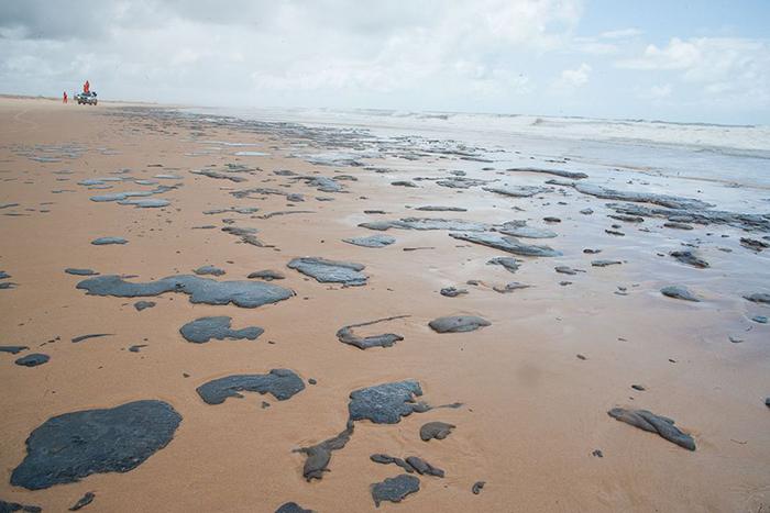 Manchas de óleo atingiram, primeiramente, atingiram o litoral nordestino