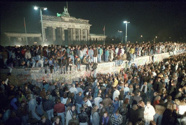 Moradores de Berlim Oriental no Muro, em 10 de novembro de 1989
