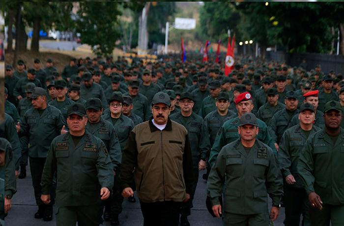 Presidente venezuelano, Nicolas Maduro ao lado dos militares