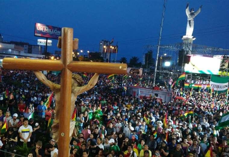 Multidão reunida no monumento do Cristo Redentor na Bolívia