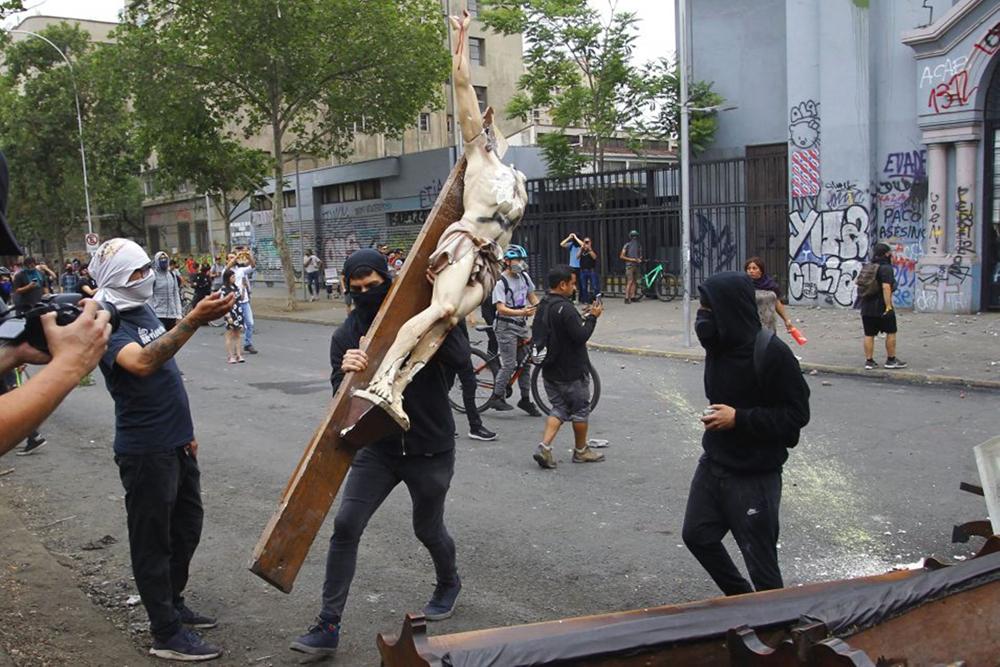 Abalada com casos de abuso no país, Igreja chilena sofrido ataques durante protestos
