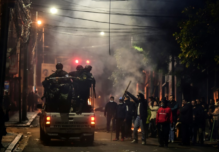 Policiais patrulham as ruas de La Paz