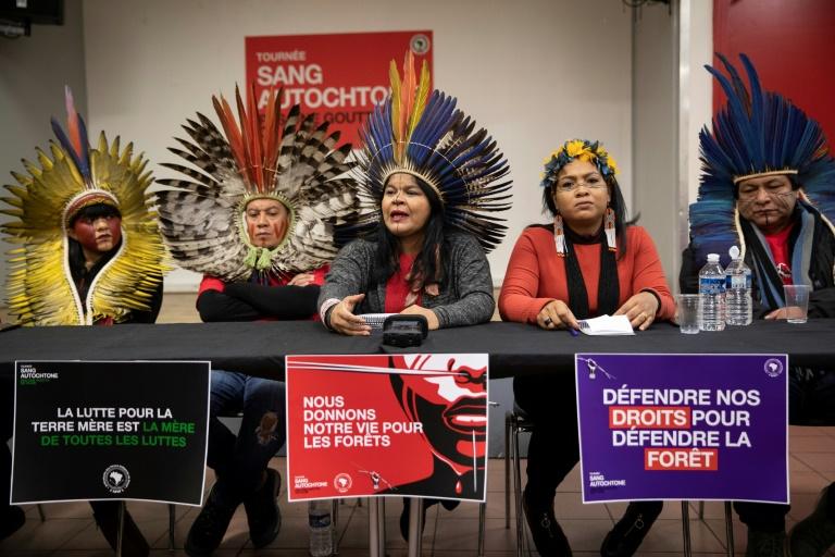 Indígenas brasileiros participam de entrevista coletiva em Paris