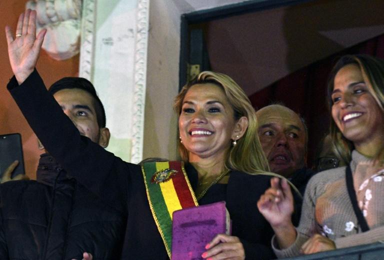 Jeanine Añez, presidente interina da Bolívia, exibe uma Bíblia em 12 de novembro de 2019 em La Paz