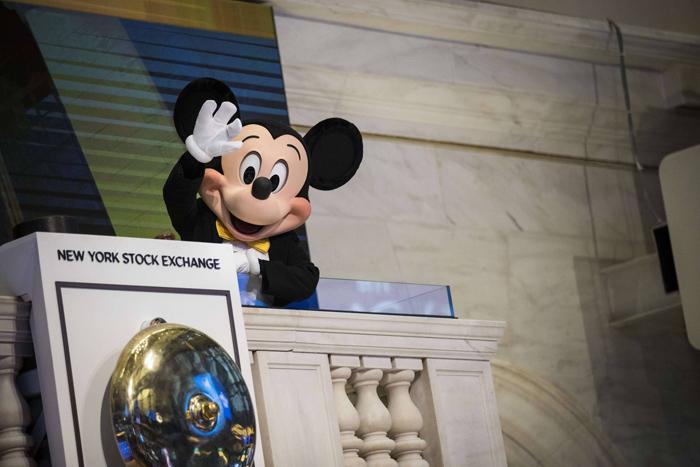 Mascote da Disney, Mickey Mouse acena na Bolsa de Nova York