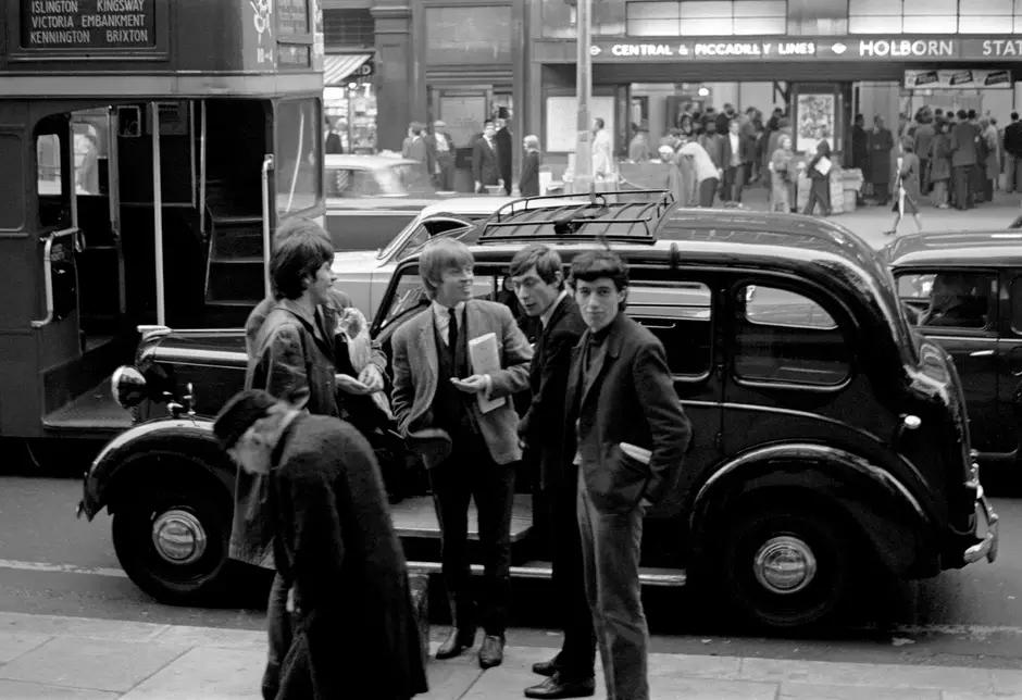 Integrantes dos Stones contando o dinheiro para pagar o táxi em 1963.