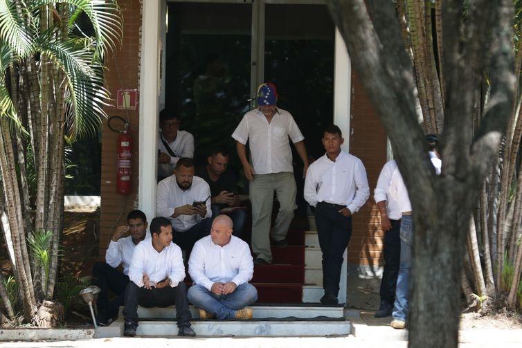 Um grupo de cerca de 20 pessoas entrou hoje (13), por volta das 5h na Embaixada da Venezuela, em Brasília