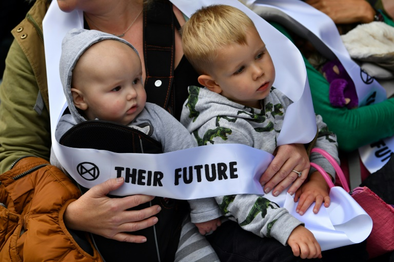 (Arquivo) Mães protestam com seus bebês em Londres, em ação contra a mudança climática convocada pelo grupo Extinção da Rebelião
