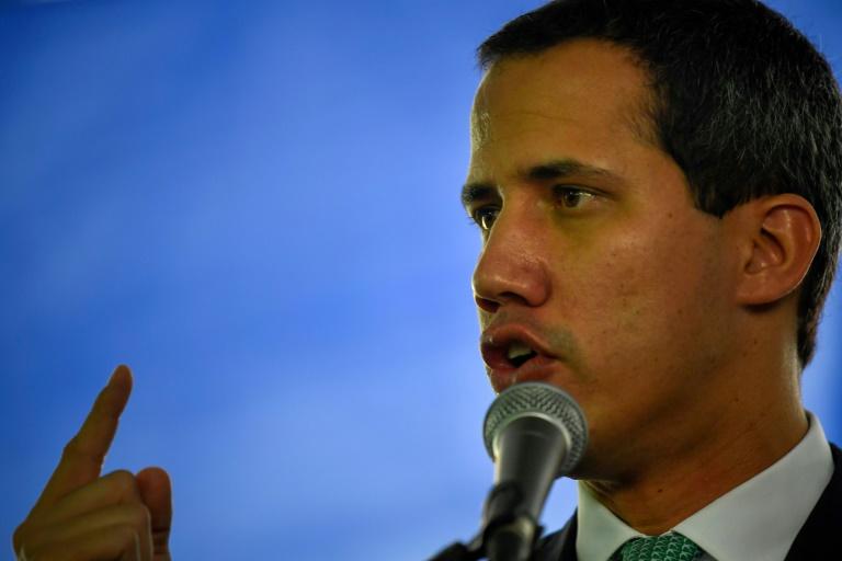 O líder da oposição venezuelana e autoproclamado presidente interino Juan Guaido fala durante uma reunião com líderes sindicais, em Caracas