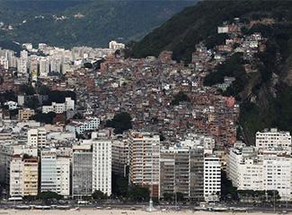 Favela Pavão-Pavãozinho é vista da praia de Copacabana, no Rio de Janeiro. (Reuters)
