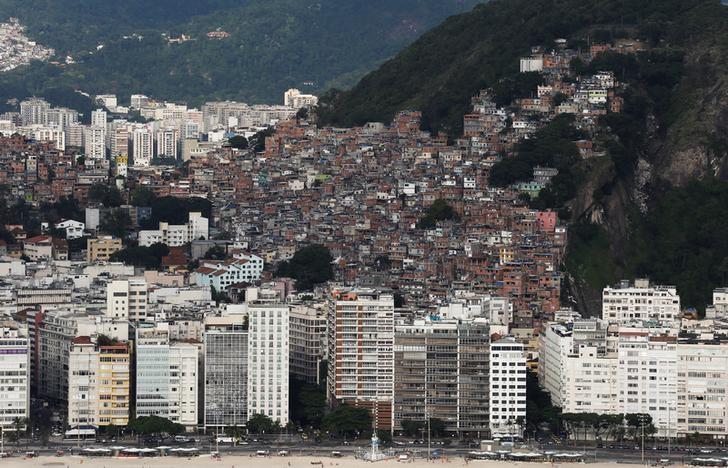 Favela Pavão-Pavãozinho é vista da praia de Copacabana, no Rio de Janeiro.