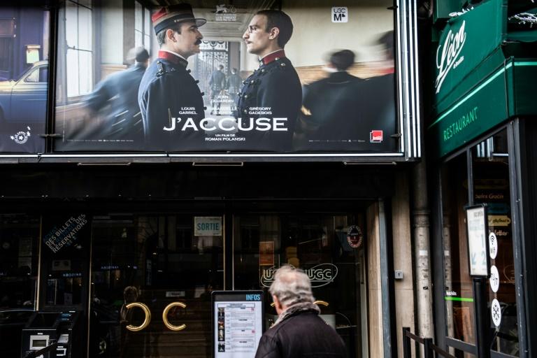 (Arquivo) Um pôster do filme 'I Accused', dirigido por Roman Polanski, em um cinema de Paris