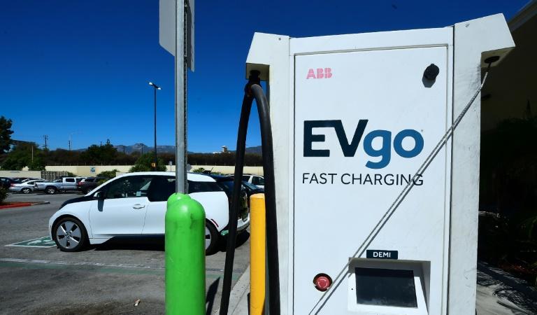 Um veículo elétrico conectado para uma carga nas estações de carregamento em um estacionamento do Walmart em Duarte, Califórnia, em 14 de setembro de 2018