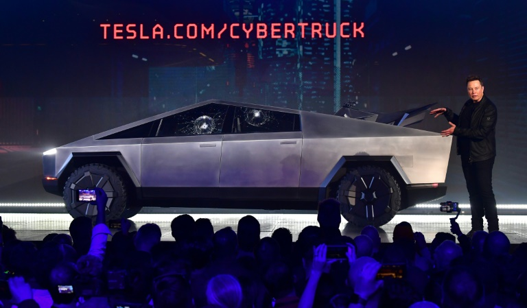 Elon Musk dá explicações ao lado do novo Tesla Cybertruck, cujas janelas foram quebradas quando foram lançados a um objeto de aço, durante a apresentação do veículo, em 21 de novembro de 2019 na cidade californiana de Hawthorne (EUA)