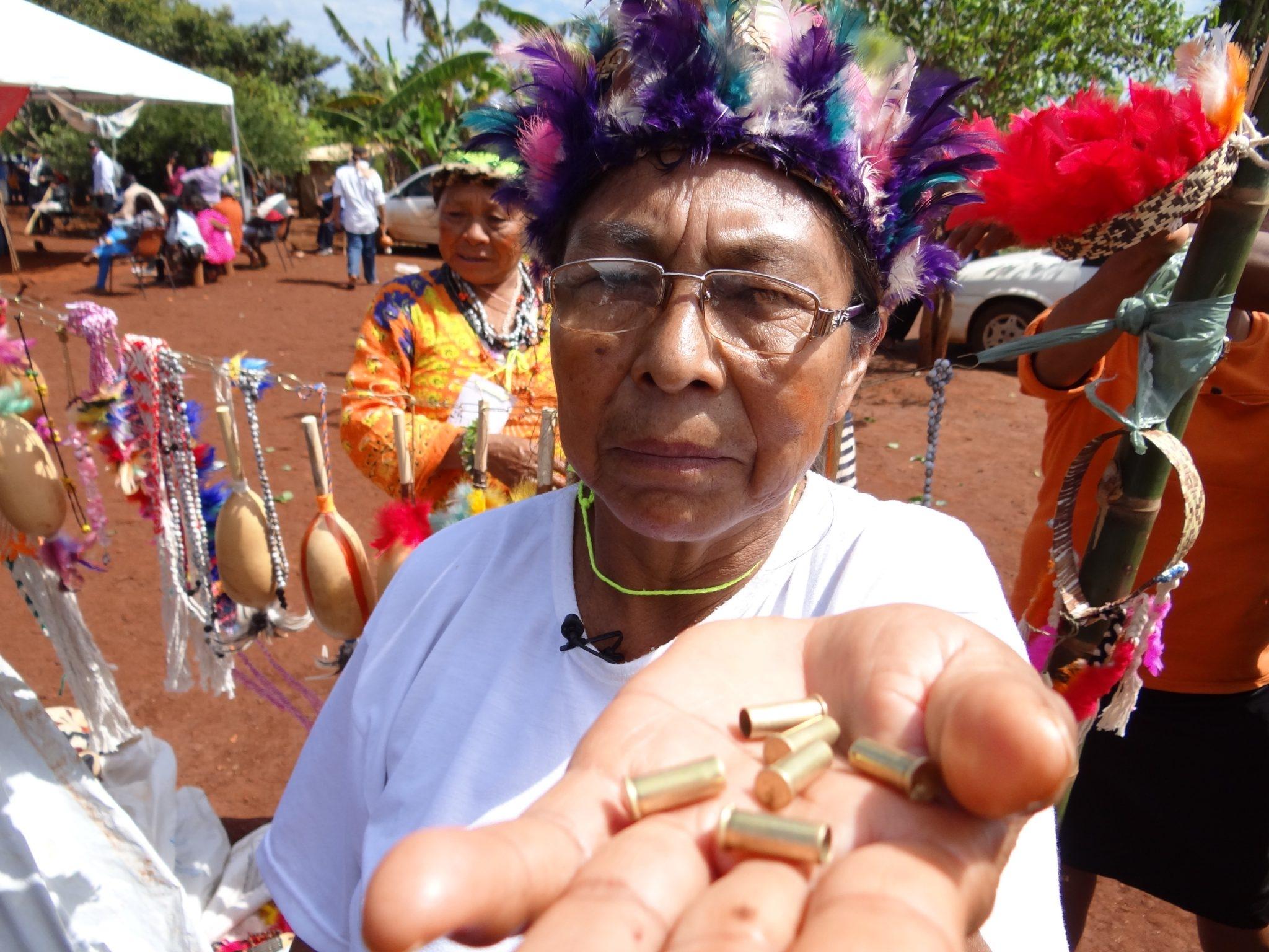 Indígena Kaiowá Priscila Maciel Duarte Lopes posa para foto em Caarapó, Mato Grosso do Sul