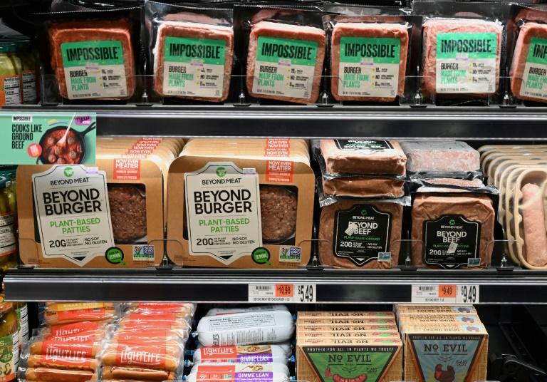 Alternativas à carne das empresas emergentes Impossible Burger e Beyond Meat começam a aparecer em supermercados americanos