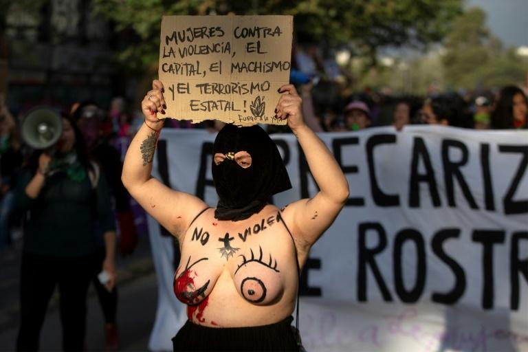Uma ativista exibe um cartaz contra a violência contra a mulher numa manifestação em Santiago, em 25 de novembro de 2019