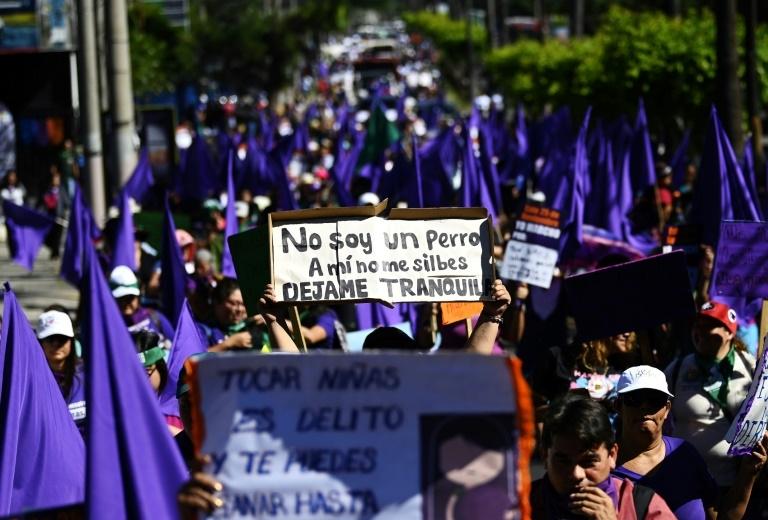 Milhares de mulheres participaram de manifestações pelo Dia Internacional para a Eliminação da Violência contra Mulheres em El Salvador