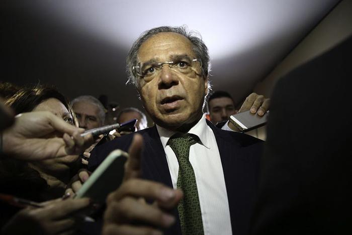 'Sejam responsáveis, pratiquem a democracia', diz Paulo Guedes