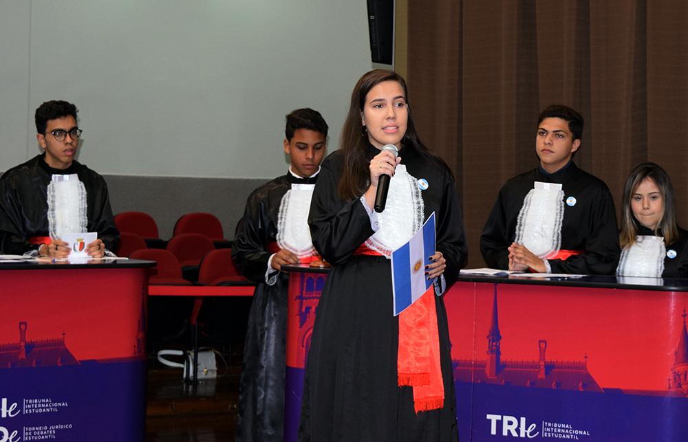 Estudantes da Dom Helder em tribunal exercitando o Direito.