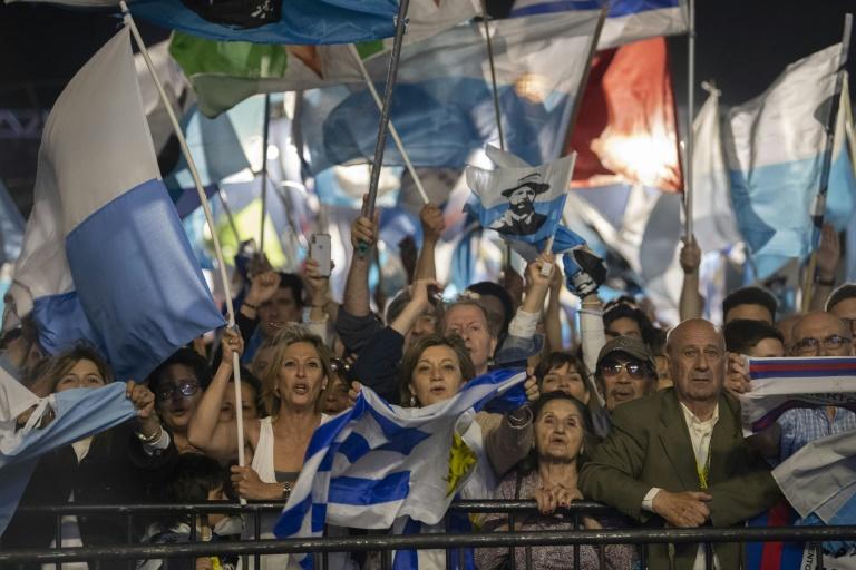 Apoiadores de Pou aguardam em Montevidéu o resultado oficial das eleições