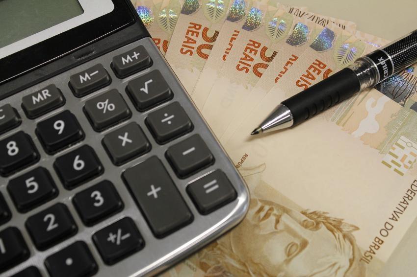 Brasileiro paga juro elevadíssimo se usar o limite do cheque especial