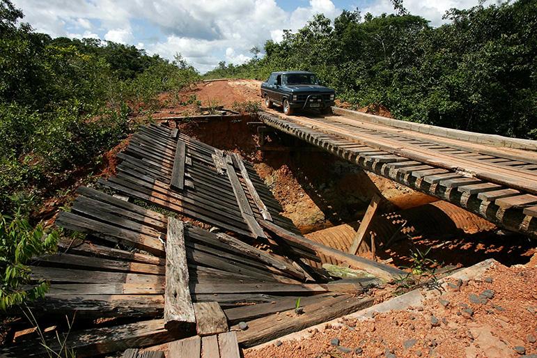 Caminhonete passa por ponte deteriorada na rodovia federal BR 319 que liga a capital amazonense à Porto Velho.