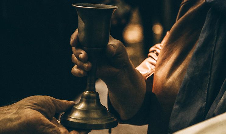 """Maria deixa a resposta nas mãos de Jesus, colocando-se no plano dos servidores, apresenta-se como a grande """"diaconisa"""", a primeira servidora da festa. (Jametlene Reskp/ Unsplash)"""