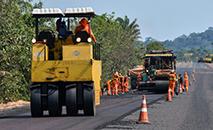 Funcionários pavimentam a estrada BR163 no distrito de Moraes Almeida. (AFP)