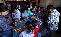 Crianças comem em instituição de caridade em Claypole, nos arredores de Buenos Aires. (Agustin Marcarian/Reuters)