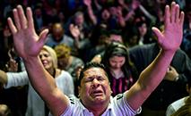 Crentes participam de culto na igreja evangélica Manancial de Bênçãos, em San Martin, província de Buenos Aires, 29 de setembro de 2019. (AFP)