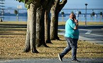 Um homem obeso caminha pela cidade de Narón, na província espanhola de Corunha. (AFP)