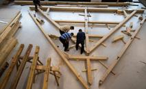 Trabalhadores treinam em treliça correspondente a uma da Catedral de Notre-Dame de Paris. (AFP)
