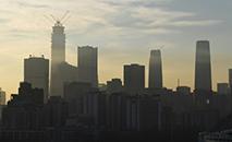Os níveis atuais de PM2,5 - pequenas partículas que podem penetrar profundamente nos pulmões - em Pequim ainda são quatro vezes maiores do que os recomendados pela Organização Mundial da Saúde (AFP)