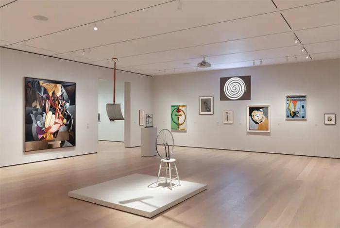 Vista de uma das galerias do MoMA, que tem como tema 'Readymade in Paris and New York'