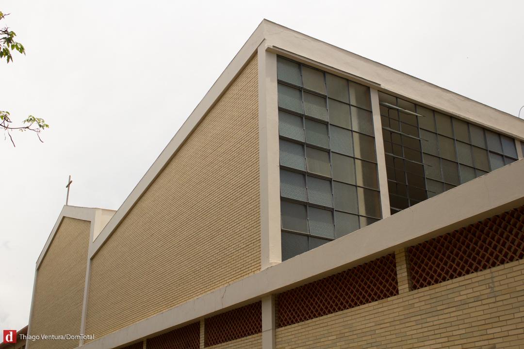 Construção tem tijolo aparente, com formas puras e limpas: arquitetura voltada para a meditação e reflexão