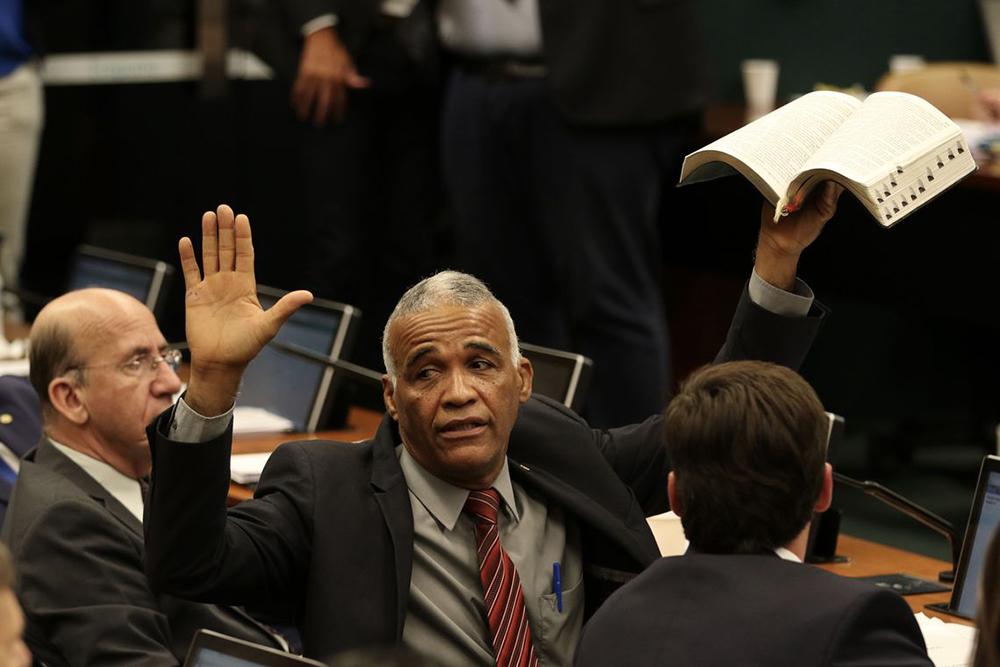 Deputado pastor sargento Isidório segura bíblia durante reunião da CCJ da Câmara dos Deputados destinada a votar o parecer da reforma da Previdência