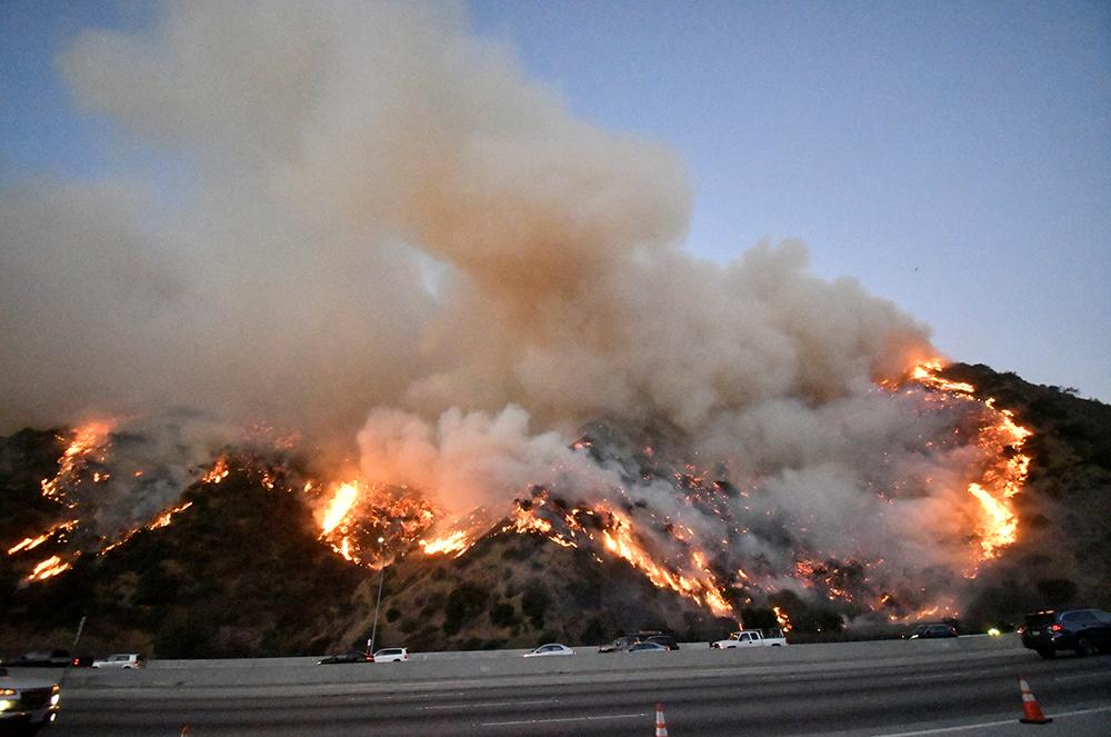 Incêndio se propaga ao longo da rodovia 405 ao norte de Los Angeles em 28 de outubro.