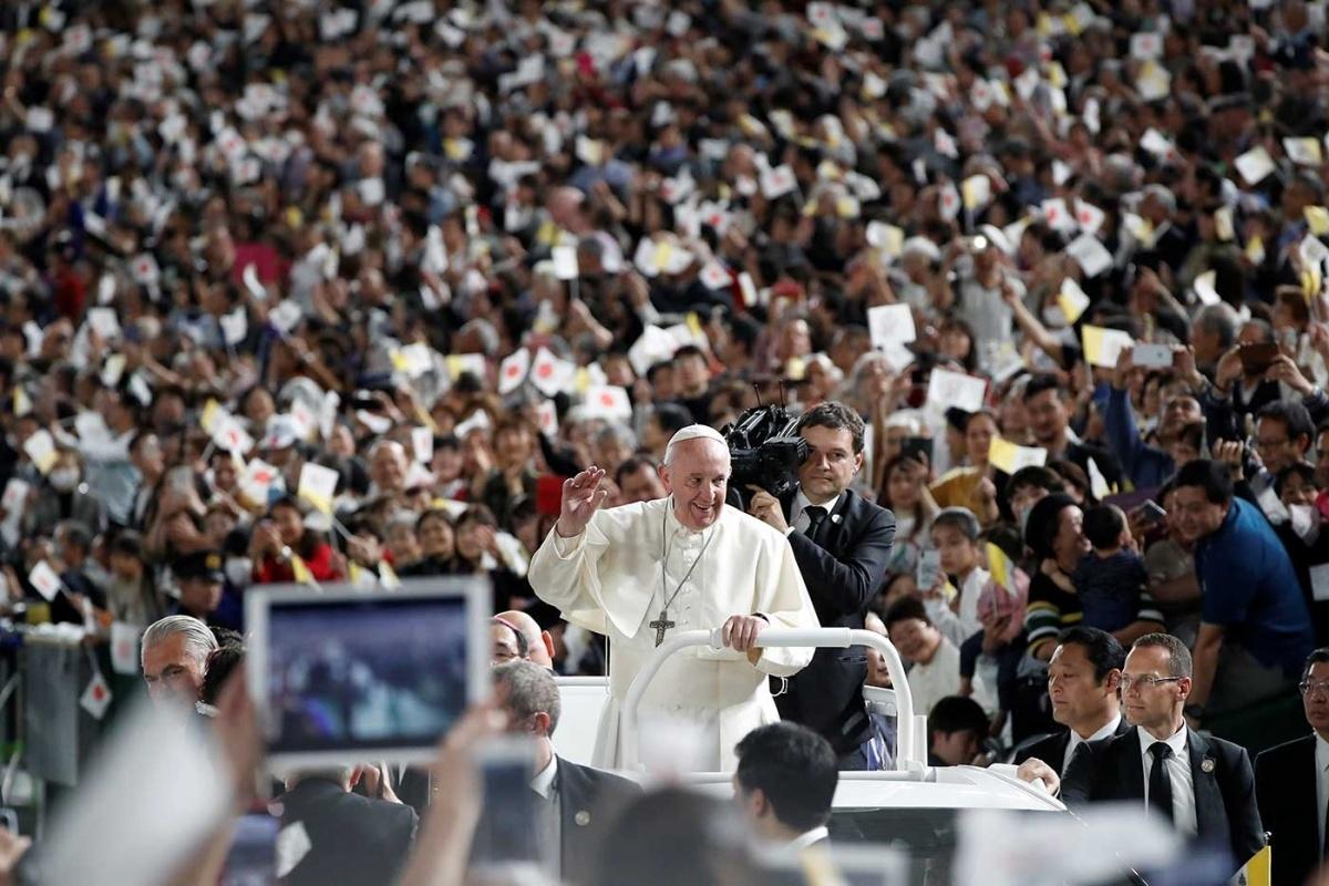 Francisco estampava um sorriso radiante, visivelmente imerso em seu papel de pastor