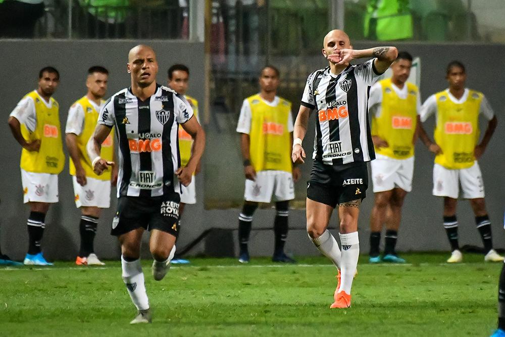 Fábio Santos fez o segundo gol e foi um dos destaques do jogo contra o Corinthians