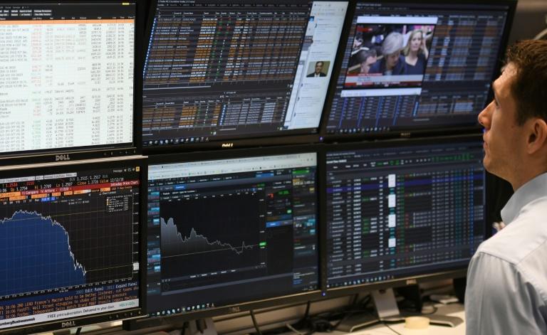 Corretor da bolsa de Londres acompanha a evolução do mercado, em novembro de 2019