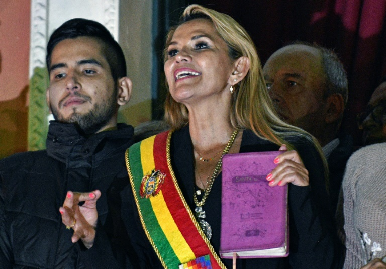 Jeanine Áñez exibe a Bíblia na sacada do palácio presidencial, em La Paz