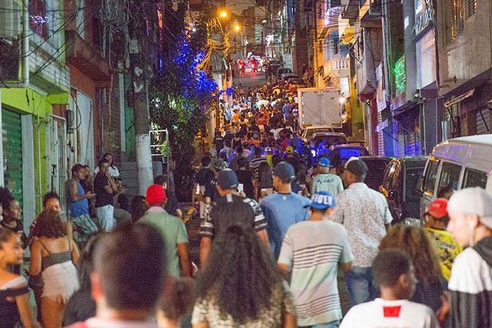 Protesto contra morte de nove pessoas em baile funk da favela de Paraisópolis em São Paulo.