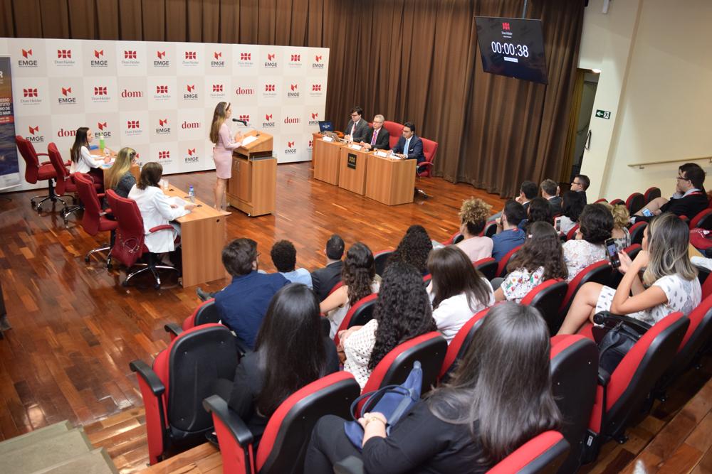 Oradora debate caso com os juízes convidados